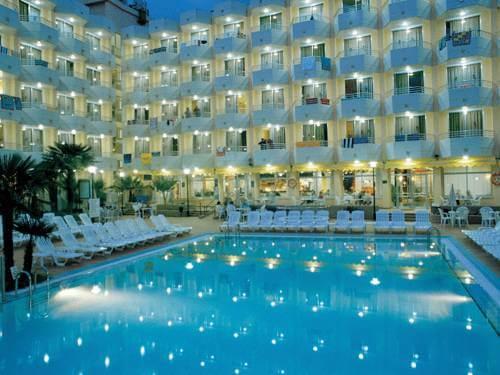 soiree-piscine-eclairee-hotel-luxe